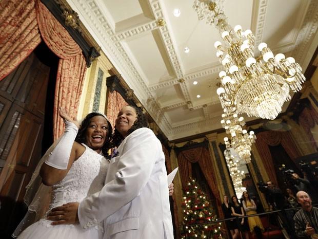 Darcia Anthony e Danielle Williams comemoram após a celebração de sue casamento em Baltimore, Maryland, nesta terça-feira (1º)   (Foto: Patrick Semansky/AP)
