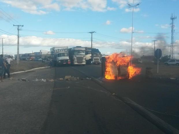 Passageiros atearam fogo em obejtos na BR-407 em Petrolina (Foto: Clésio Leite/ Arquivo pessoal)
