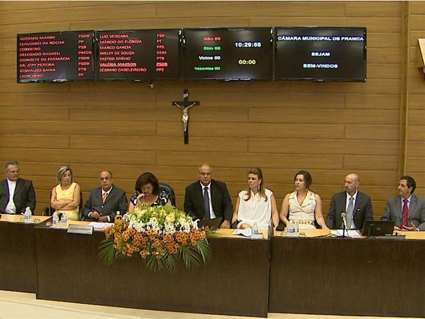 Prefeito eleito de Franca Alexandre e vereadores durante posse. (Foto: Alexandre Sá/EPTV)