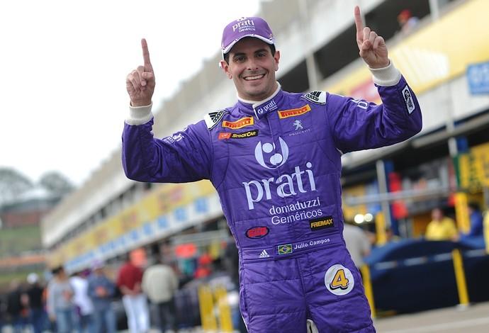 O paranaense Julio Campos comemora pole position na pista de Cascavel (Foto: Duda Bairros)