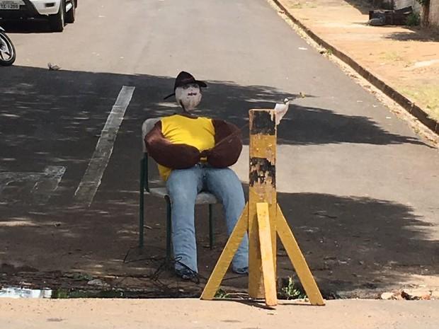 Boneco foi colocado para alertar os condutores que passam pelo local (Foto: Jocelio Ferreira/Cedida)