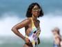 Kelly Rowland dá ajeitadinha indiscreta no maiô e mostra demais