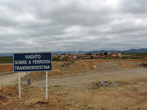 No distrito de Varzinha, em Serra Talhada, ferrovia passa próxima às casas. (Foto: Katherine Coutinho/G1)