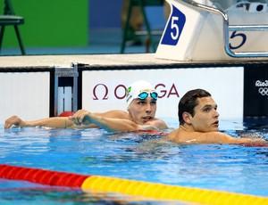 Bruno Fratus observa seu resultado na eliminatória ao lado de Manaudou (Foto: Satiro Sodré / SSPress)