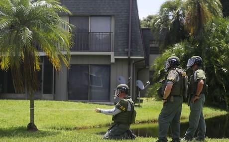 Agentes do esquadrão anti-bombas vasculham a casa onde, acredita-se Omar Mateen esteve antes de ir à boate Pulse, onde matou 50 pessoas (Foto: Joe Raedle/Getty Images)