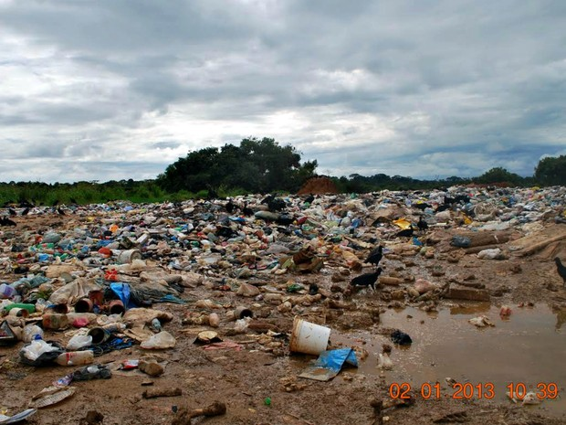 Fotos tiradas em 2013 mostram como era o lixão; prefeito afirma que foram feitas melhorias de 80% no local  (Foto: Divulgação/Prefeitura de Brasileia)