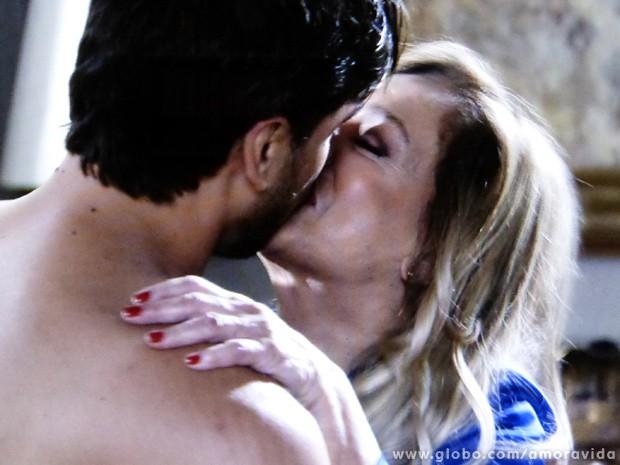 A matriarca se mostra apaixonada pelo cirurgião (Foto: Amor à Vida / TV Globo)