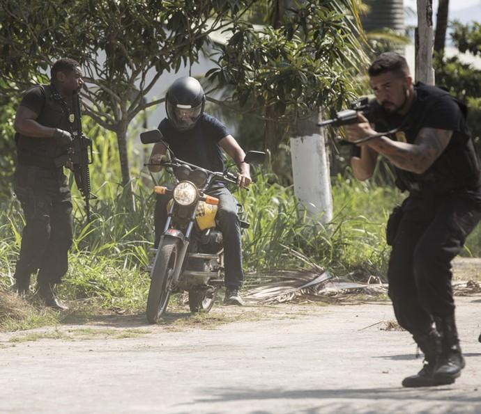 Juliano decide ir atrás do bandidos (Foto: Fabiano Battaglin/Gshow)