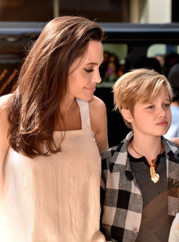 A jovem Shiloh Jolie-Pitt na companhia de sua mãe, Angelina Jolie (Foto: Getty Images)