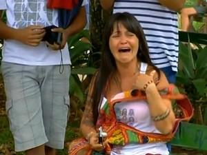 Janusa Dias ficou muito emociada ao ver o eucalipto sendo cortado (Foto: Reprodução/InterTV)