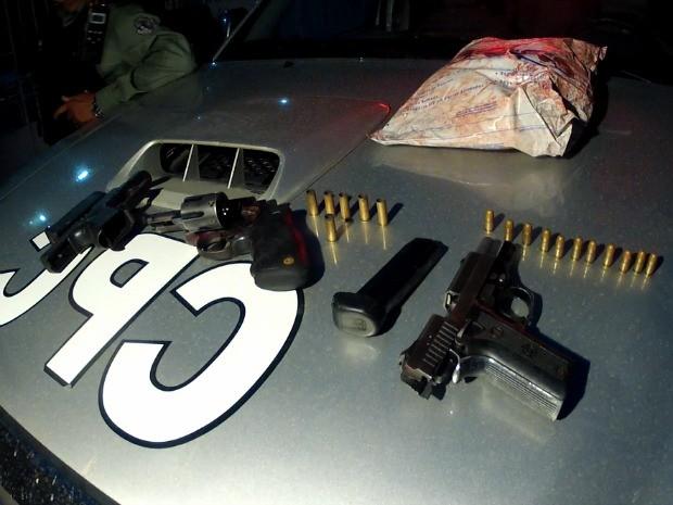Armas e malote de dinheiro foram recuperados pela polícia. Três homens foram presos (Foto: TV Verdes Mares/Reprodução)