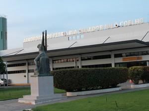 No Aeroporto Internacional Senador Nilo Coelho a movimentação  cresce nesta época do ano (Foto: Carol Souza/G1)