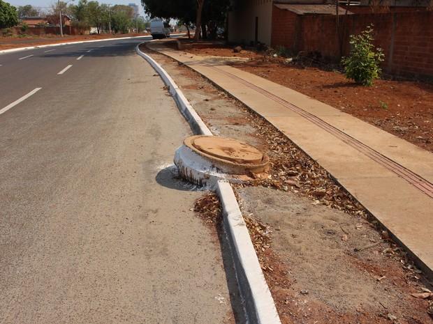 Tubulação de águas pluviais em cima de calçada e asfalto (Foto: Patrício Reis/G1)