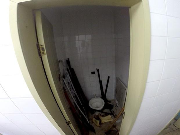 No banheiro masculino, o espaço de um dos vasos sanitários virou depósito para material de limpeza (Foto: Reprodução/Inter TV Cabugi)