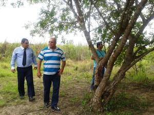 Delegados e perito no local onde o corpo de Damião foi encontrado (Foto: Michelly Oda / G1)