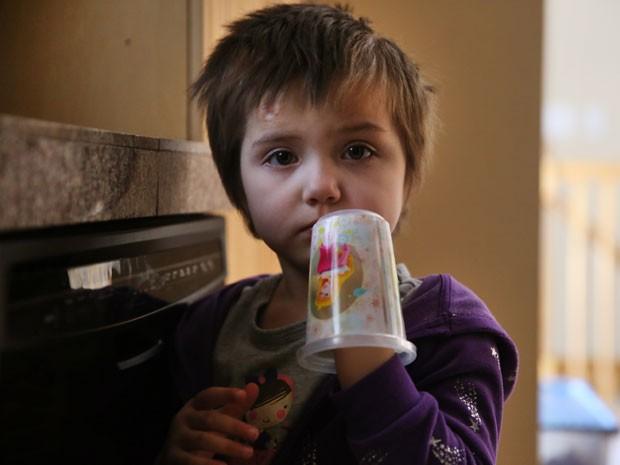 Elizabeth Burger, de 4 anos, sofre de epilepsia e está sendo tratada com um medicamento feito com maconha (Foto: Brennan Linsley/AP)