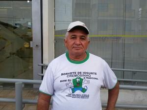 O zelador do banco, Flaviano da Silva Brasil, falou da insegurança na cidade. (Foto: Ellyo Teixeira/G1)