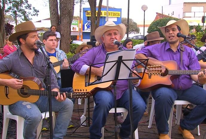 Orquestra é composta por músicos de todas as idades e gerações (Foto: Reprodução / TV TEM)
