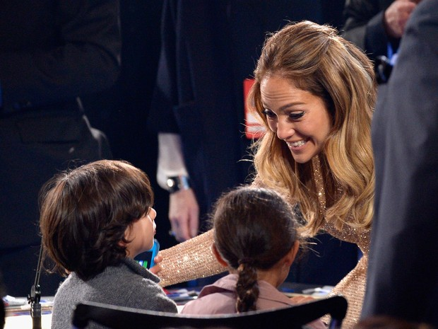 Jennifer Lopez com os filhos, Maximilian David e Emme Maribel, no 'American Idol' em Los Angeles, nos Estados Unidos (Foto: Kevork Djansezian/ Getty Images/ AFP)
