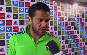 """Daniel Alves defende jogadores do Brasil: """"Esse grupo tem que continuar"""""""
