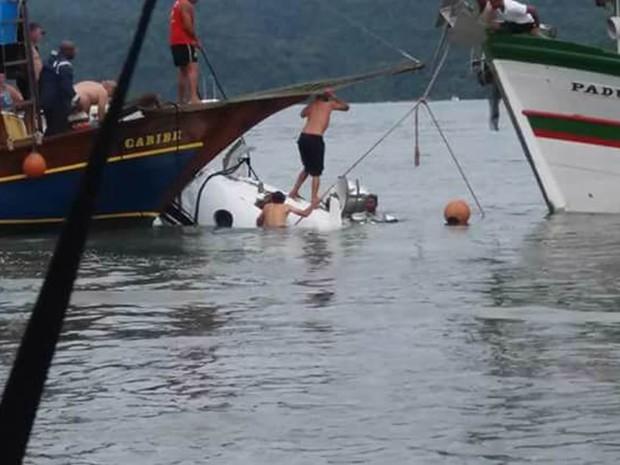 Trabalho de resgate da aeronave em Paraty, na Costa Verde (Foto: Sonia Barcelos/Arquivo pessoal)