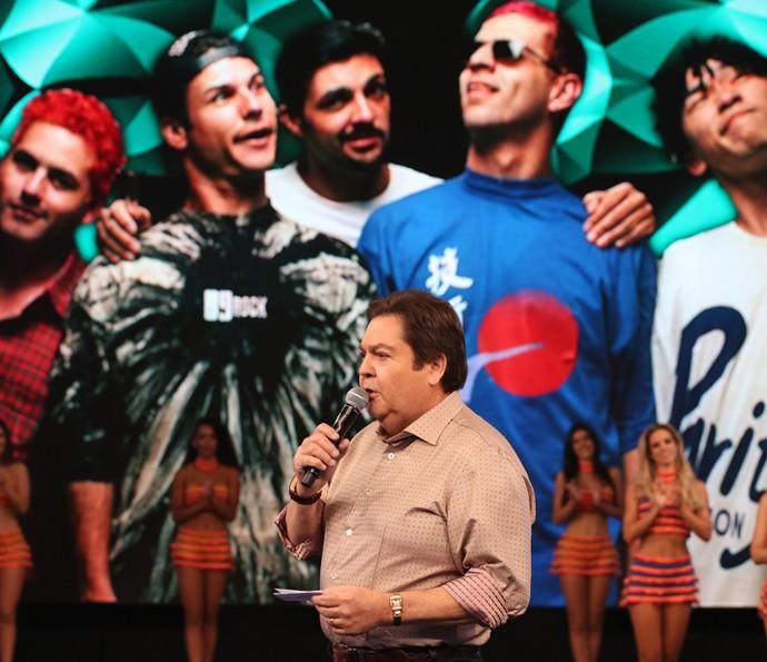 Faustão relembra os melhores momentos dos Mamonas Assassinas no palco do 'Domingão' (Foto: Carol Caminha/Gshow)
