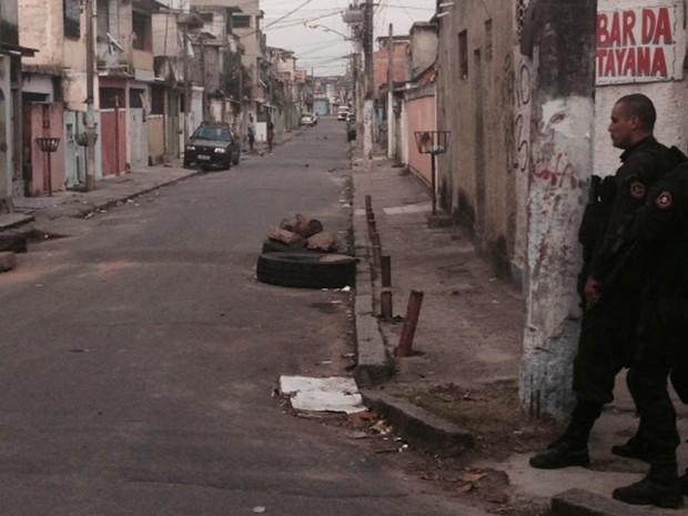 Policiais do Batalhão de Operações Especiais (Bope) patrulhavam vias próximas a comunidade, que tinham barricadas durante a madrugada. (Foto: Guilherme Brito/G1)