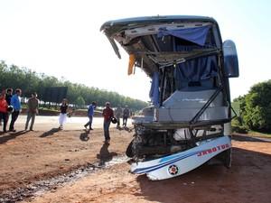 Acidente entre caminhão e ônibus deixa pelo menos 10 mortos e 30 feridos na noite de segunda-feira (27) em Ibitinga, interior de São Paulo. A maioria das vitimas tinha entre 15 e 17 anos e voltava de uma excursão escolar (Foto: Tiago da Mata/Futura Press/Estadão Conteúdo)