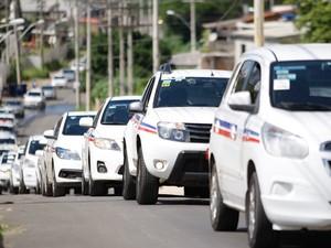 Taxistas fazem manifestação pelas ruas de Salvador, na Bahia, para pedir mais segurança. O ato acontece após o assassinato de Carlos André Castilho, de 36 anos, encontrado morto dentro de seu táxi  (Foto: Joá Souza/Agência O Dia/Estadão Conteúdo)