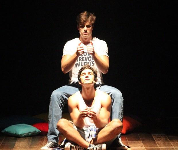 Hugo Moura e Paulo Dalagnoli na peça Garotos (Foto: Divulgação)