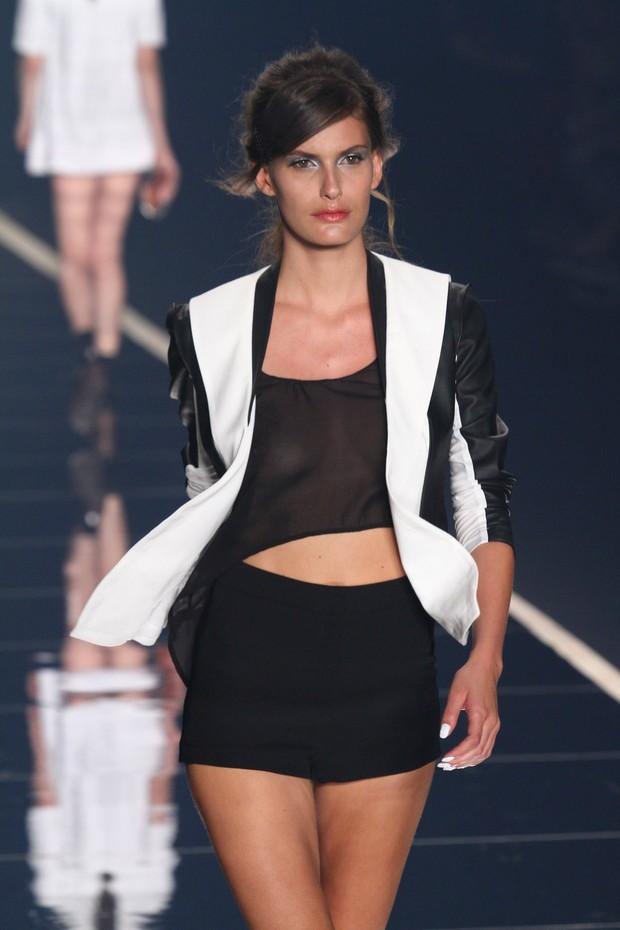 Carol Francischini desfila pela Ausländer no Fashion Rio (Foto: Raphael Mesquita / Foto Rio News)