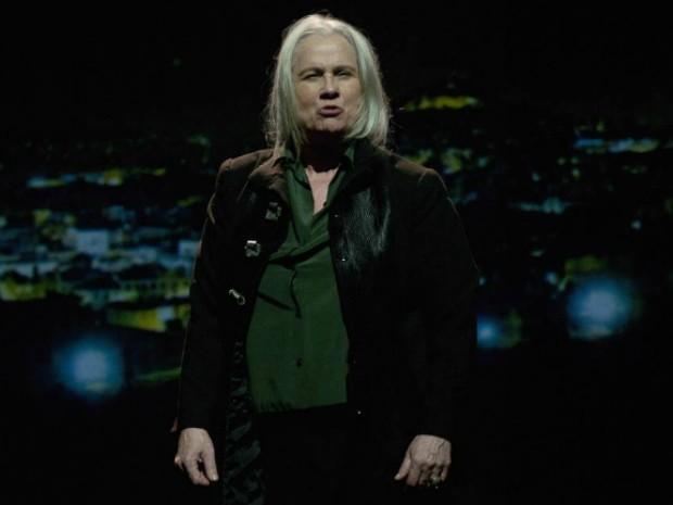 Vera Holtz interpretando Timon na peça Timon de Atenas (Foto: Dalton Valério/ Divulgação)
