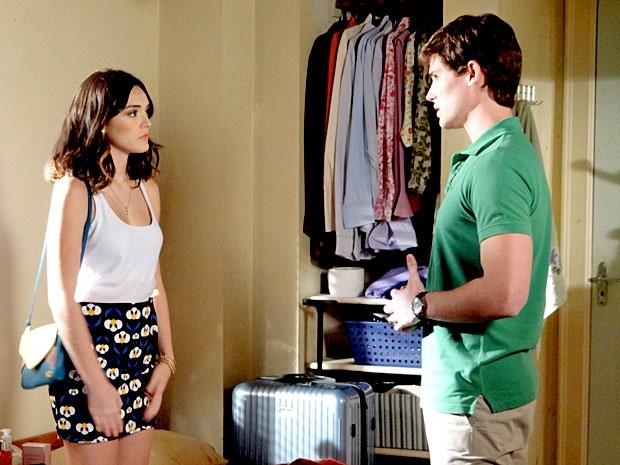 Que impasse! Conrado diz a Cida que quer voltar com ela (Foto: Cheias de Charme / TV Globo)