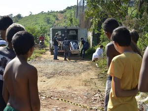 Polícia recolhe corpo de jovem morto em Cariacica (Foto: Edson Chagas/ A Gazeta)
