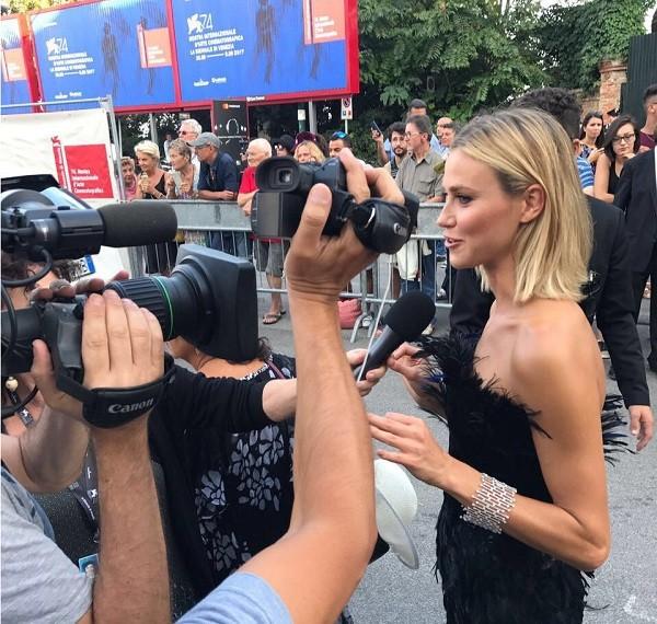 Renata em sua chegada para a sessão de abertura do Festival de Veneza, na Itália (Foto: Divulgação)