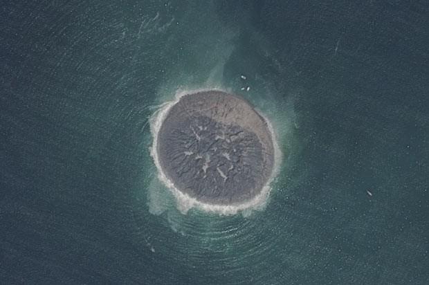 Imagem feita pelo satélite Pleiades divulgada nesta sexta (27) mostra a pequena ilha de lama e rocha criada na costa do Paquistão pelo forte terremoto que atingiu o país na terça-feira. (Foto: AFP)