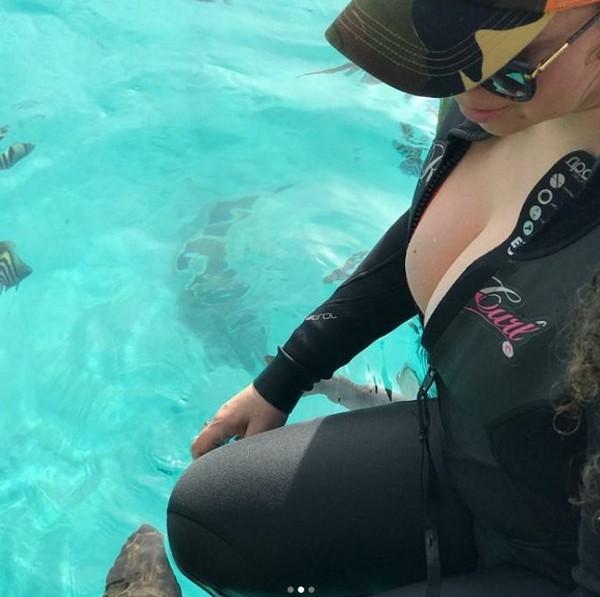 Mariah Carey posa com tubarões (Foto: Reprodução / Instagram)
