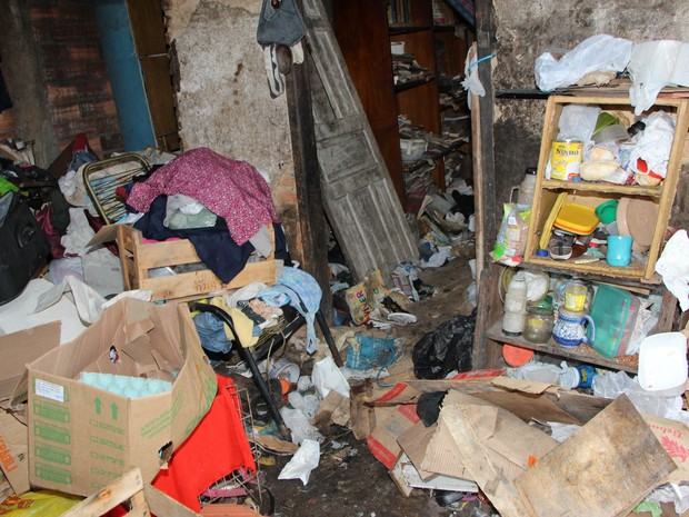 Grande quantidade de madeira e roupas velhas foram retirada do local (Foto: Divulgação/Prefeitura de Votorantim)