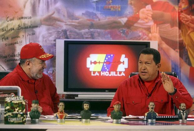 O então presidente da venezuela, Hugo Chávez, aparece no programa de TV do apresentador Mario Silva em foto de novembro de 2007. Silva foi afastado de seu programa após denunciar complô chavista contra o atual presidente, Nicolas Maduro (Foto: Miraflores Palace/Reuters)
