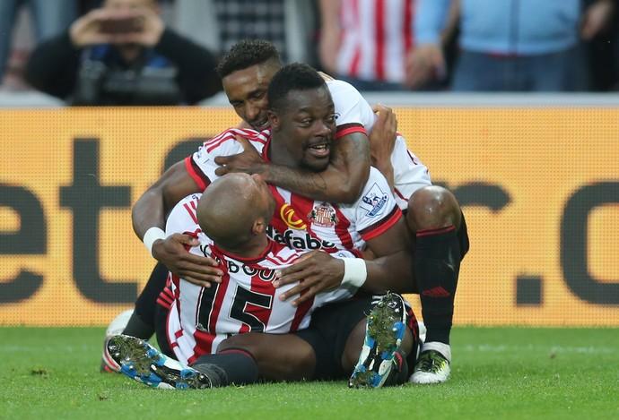 Koné abraçado por Defoe e Kaboul na comemoração do gol do Sunderland (Foto: Reuters / Russell Cheyne)
