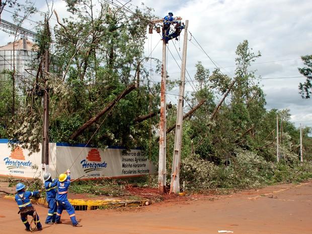 Técnicos da Copel trabalham desde quinta-feira (19) para restabelecer o sistema elétrico em Marechal Cândido Rondon e municípios vizinhos; previsão é que trabalho seja concluído na segunda-feira (23) (Foto: Copel / Divulgação)
