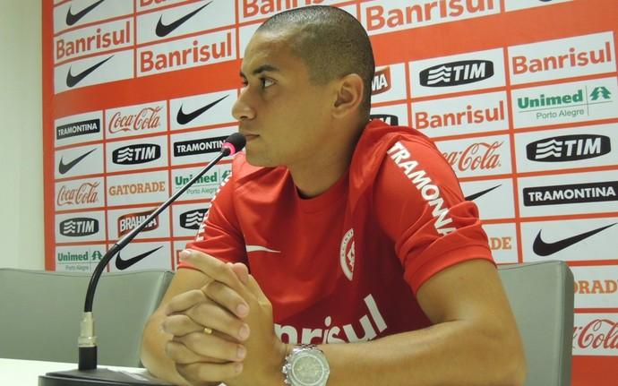 Wellington Paulista assinou contrato de dois anos com o Inter (Foto: Tomás Hammes / GLOBOESPORTE.COM)