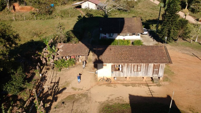 Moradores da região também acompanham os voos d e balão  (Foto: Lívia Andrade/RBS TV)
