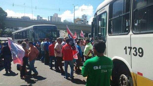 No Baldo, motoristas de ônibus protestaram por melhores salários e mais segurança  (Foto: Leonardo Gama)