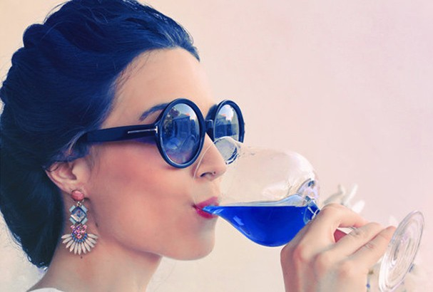 Vinho azul espanhol promete ser a nova sensação do verão europeu (Foto: Reprodução)