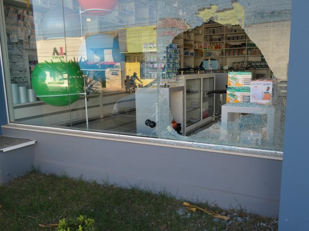 Loja teve o vidro da frente quebrado durante o furto (Foto: Eliete Marques/G1)