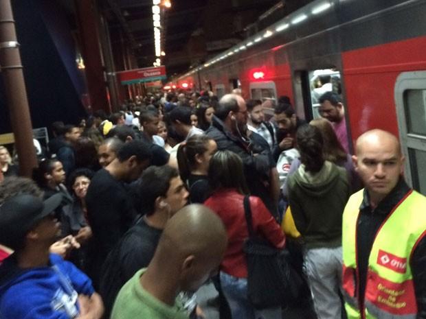 Passageiros lotam plataforma na Estação Pinheiros da CPTM (Foto: Cauê Fabiano/G1)