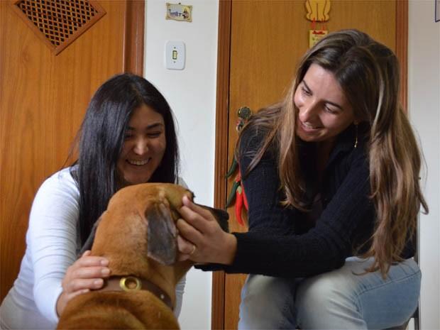 """A veterinariá Bianca Shimizu, 35 anos, e a empresária Michelle de Paula, 38 anos, planejam futuro de """"Bela"""" na fazenda de Jardinópolis, SP (Foto: Adriano Oliveira/G1)"""