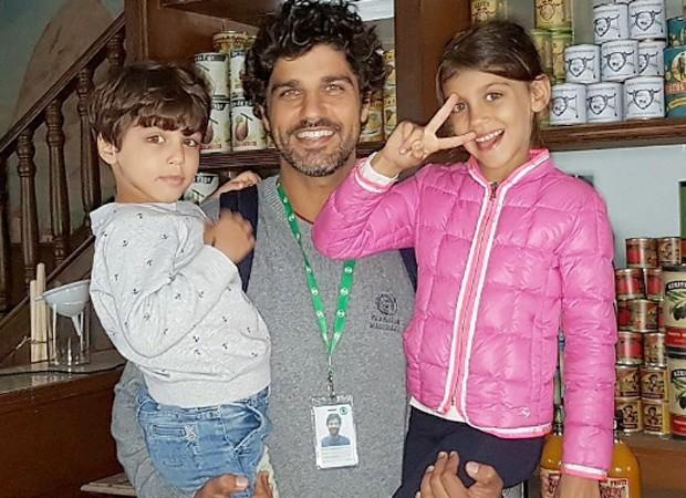 Bruno Cabrerizo entre os filhos Elia e Gaia (Foto: Reprodução/Instagram)