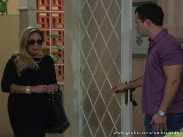 Pilar aparece de surpresa na casa de Bruno (Foto: Amor à Vida / TV Globo)